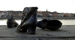 Cipők a Duna parton